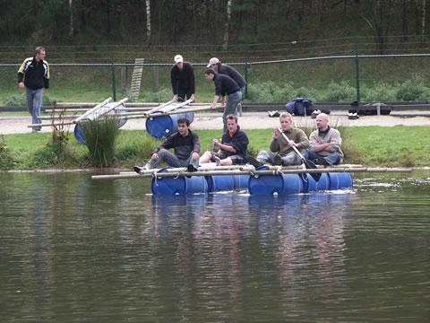 Mannen proberen de overkant te bereiken met zelfgemaakt vlot.