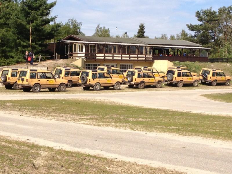 10 Land Rovers opgesteld klaar voor vertrek